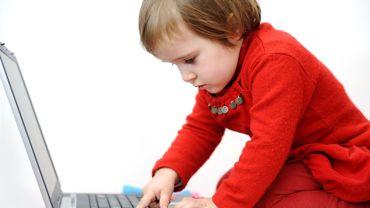 """A quel âge faut-il fixer la """" majorité numérique """" ?"""