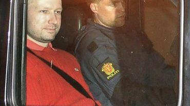 Anders Behring Breivik (g), l'auteur des attaques du 22 juillet en Norvège, quitte le tribunal dans un véhicule de police le 25 juillet 2011 à Oslo