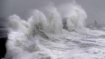 Vagues impressionnantes sur les côtes du Finistère, en Bretagne