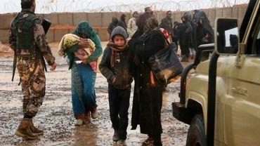 Des Syriens du camp de réfugiés de Rokbane dans la zone tampon entre la Jordanie et la Syrie passent la frontière pour se faire soigner dans une clinique de l'ONU en Jordanie, le 1er mars 2017