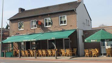 Un barman néerlandais déplace les frontières pour l'Euro, son café devient belge