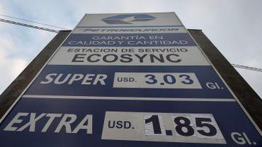 En Equateur, le nouveaux prix du carburant sont affichés dans une station-service à Quito, le 15 octobre 2019.