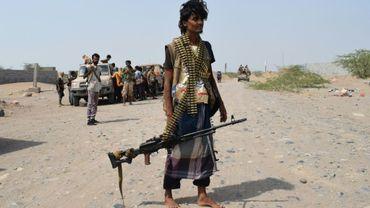 Un membre des forces progouvernementales avec son arme à la main, près de Hodeida (ouest) au Yémen, le 6 novembre 2018