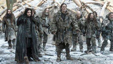 """A gauche  Jon Snow (Kit Harrigton) et au centre de l'image Mance Ryder (Ciaran Hinds), """"Roi au-delà du Mur"""" et leader des sauvageon.n.e.s"""