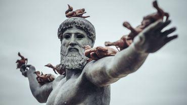 Le regard tourné vers la mer, ce Dieu grec est l'une des nombreuses œuvres de Beaufort, la Triennale d'Art Contemporain sur Mer