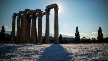 Vue du Temple de Zeus après des chutes de neige à Athènes, le 8 janvier 2019