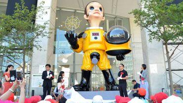 """La statue géante de """"Sun Child"""" installée à Fukushima, représentant un enfant en combinaison jaune de protection contre la radioactivité, suscite des critiques dans une région qui cherche à restaurer sa réputation depuis l'accident nucléaire de 2011"""