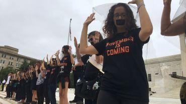 Des manifestantes protestent contre l'élection du juge Kavanaugh.