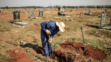 Un fossoyeur creuse une tombe au cimetière d'Avalon de Soweto, le 15 novembre 2018 à Johannesburg.