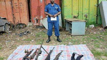 La police burundaise montre des armes saisies