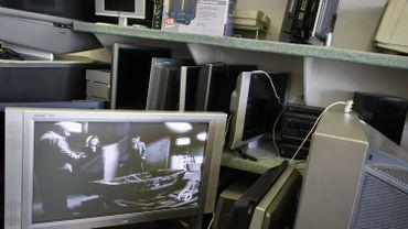 L'obsolescence programmée est une technique utilisée par les industriels qui mettent sur le marché de manière consciente des produits à la durée de vie limitée et non-réparables. Leur objectif est bien sûr que le consommateur remplace son smartphone, son téléviseur ou son sèche-linge le plus souvent possible.