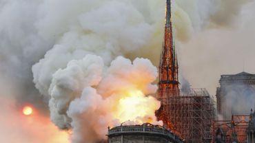 Les images de l'effondrement de la flèche de Notre-Dame, en proie aux flammes