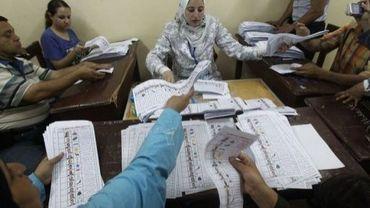 Décompte des  bulletins de vote au Caire, après le premier tour de la présidentielle égyptienne, le 24 mai 2012