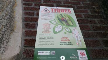 50 panneaux sont répartis entre les communes de Marche-en-Famenne et Bastogne afin de sensibiliser les promeneurs aux morsures de tiques.