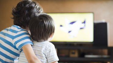 Une étude relie un excès de temps passé devant l'écran à un risque de surpoids chez les enfants.
