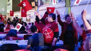 Des membres du parti Inuit Ataqatigiit (IA) célèbrent leur victoire aux élections législatives, le 6 avril 2021 à Nuuk, au Groenland
