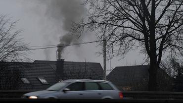 De la fumée s'échappe d'une cheminée le 3 février 2017 dans la banlieue de Varsovie