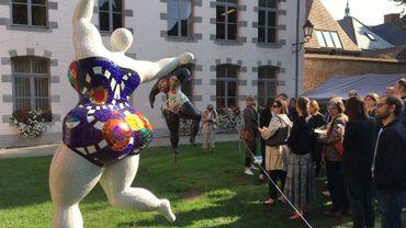 Niki de Saint Phalle (1930-2002) voulait faire sortir l'art des musées. Trois Grâces dansent dans le jardin du Mayeur, à Mons.