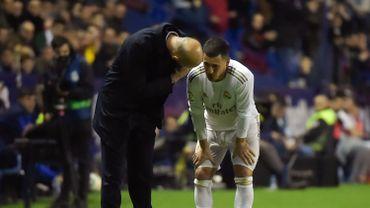Zinédine Zidane en discussion avec Eden Hazard après sa nouvelle blessure à la cheville.