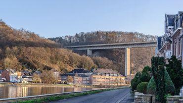 Le viaduc de la Route Charlemagne surplombe la Meuse mais aussi des routes et des habitations