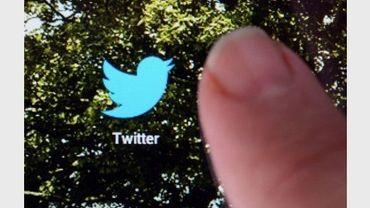 Un doigt touchant sur un écran l'onglet de Twitter
