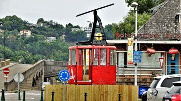 Cabine de téléphérique placée sur le rond-point du quai d'Arona