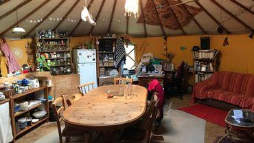 Comme dans cette yourte située en terre wallonne, la yourte moderne que propose le CPAS de Walhain comprendra tout l'équipement et tout le confort d'un studio de 50m² dans un écrin de verdure appartenant à la commune