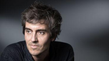 """Le romancier Sylvain Prudhomme a reçu mardi le prix Landerneau des lecteurs pour """"Par les routes"""", un roman aux accents mélancoliques sur l'art de l'abandon."""