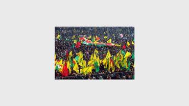 """Des centaines de milliers de Kurdes célèbrent le nouvel an, """"Newroz"""", à Diyarbakir en agitant des portraits du leader rebelle Abdullah Öcallan, le 21 mars 2013"""