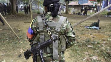 Une combattante des Farcs marche dans un village de montagne. Deux guérilleros présumés des Farc ont été tués