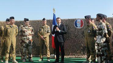 Le président Emannuel Macron fait un discours à l'occasion d'une visite de la base militaire aérienne al-Udeid à Doha, le 7 décembre 2017