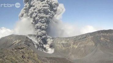 Costa Rica: le volcan Turrialba est entré en éruption (vidéo)