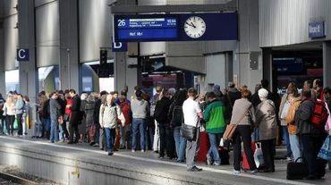 Des passagers attendent sur le quai d'un gare à Munich pendant une grève ferroviaire, le 18 octobre 2014