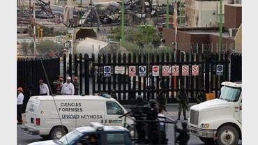 Des soldats mexicains et des employés de Pemex à l'entrée du site de l'entreprise à Reynosa, touché par un incendie, le 18 septembre 2012