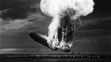 Photo d'Arthur Cofod du dirigeable allemand Le Hindenburg qui prend feu en essayant d'atterrir à Lakehurst, New Jersey.