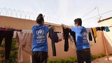 Des réfugiés évacués de Libye font sécher du linge dans un bâtiment du HCR à Niamey, le 17 novembre 2017.