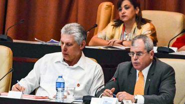 Le président cubain Miguel Diaz-Canel (G) lors d'une session du parlement à la Havane le 21 juillet 2018