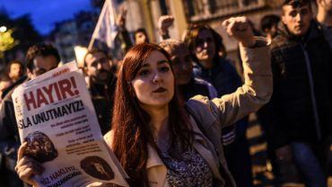 Au moins deux mille personnes sont descendues dans les rues à Istanbul lundi soir pour contester le résultat du référendum.