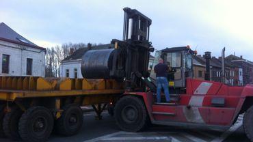 Les travailleurs de Duferco enlèvent les bobines qui bloquaient la circulation à La Louvière