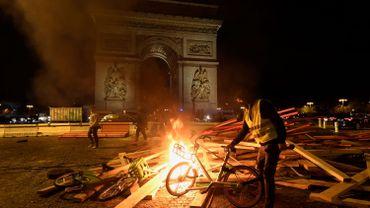 Barricades incendiées, jets de pavés, canons à eau: les gilets jaunes à Paris en images