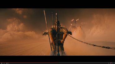 """Dans """"Mad Max: Fury Road"""", Tom Hardy sert de figures de proue au véhicule d'un clan de guerriers barbares"""