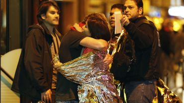 Des spectateurs du Bataclan après l'attaque terroriste.