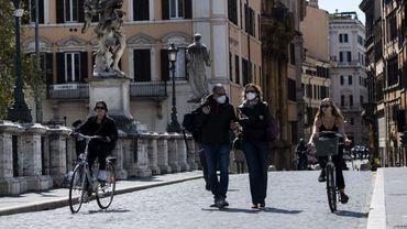 À Rome, les cyclistes se font peu à peu une place. Un nouveau réseau de pistes cyclables et des aides publiques à l'achat de vélos ont accéléré cette tendance.