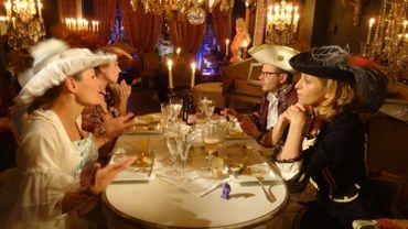 """Les côtelettes al berdouille, dégustées par """"Les Ambassadeurs"""" dans le cadre romanesque du """"Salon des Lumières"""" à Mons."""
