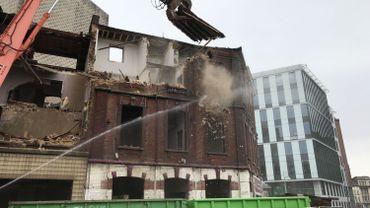 Les grues commencent par les peites maisons sur le coin avant d'attaquer l'immeuble principal.