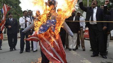 Pakistan: des manifestants brûlent un drapeau américain et des effigies de Barack Obama et du pasteur Terry Jones
