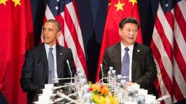 Le président chinois Xi Jinping (d) et son homologue américain Barack Obama, le 30 novembre 2015 au Bourget près de Paris