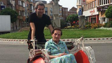 Lydia Renny et Peter Cserba à bord d'un rickshaw