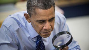 Barack Obama utilise une loupe lors d'une visite dans une école, le 14 février 2013.