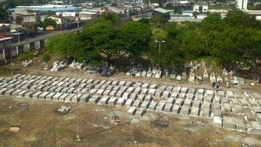 Vue aérienne des nouvelles tombes creusées au cimetière de Maria Canals près de Guayaquil en Equateur, le 12 avril 2020